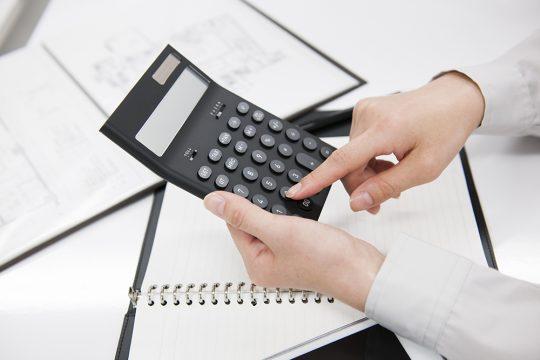 出向社員の給与や社会保険はどちらが負担?